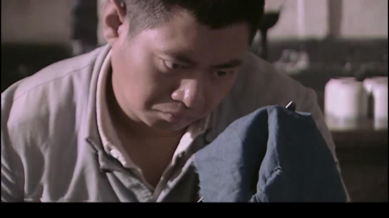 抗日战士准备吃饭,一看到肉是日本人给的立马不吃了,都分给手下