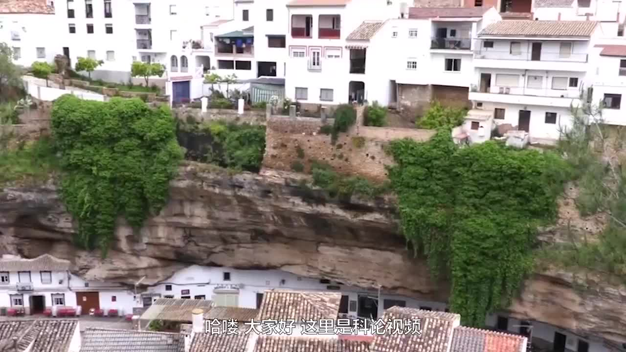被巨石压了六百年的村庄几乎没有阳光当地人不怕石头砸下来