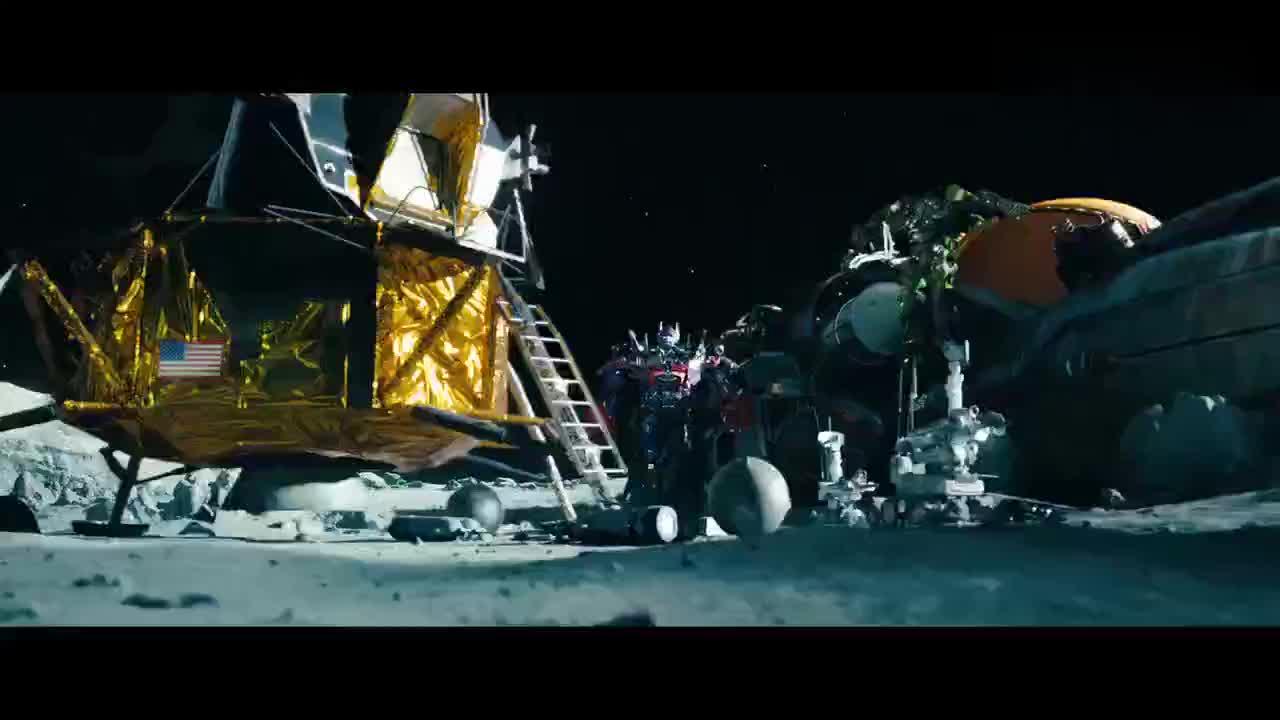 擎天柱在月球上找到御天敌威震天变身油罐车重伤未愈锈迹斑斑