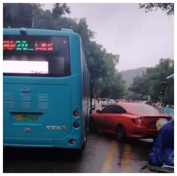 思域双黄线调头,撞上逆行公交车,交警一句话,车主连连喊冤