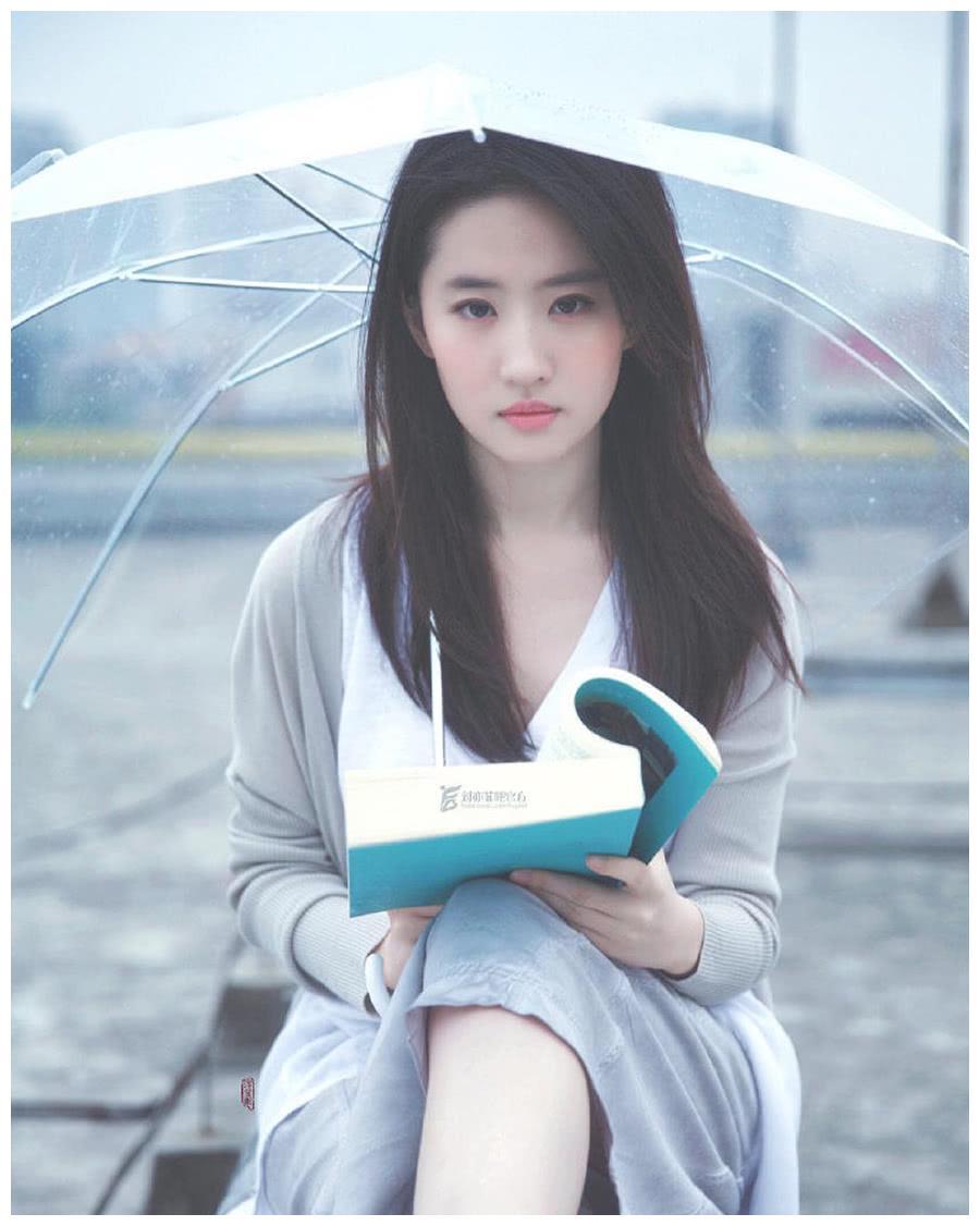 刘亦菲美照,休闲服搭开衫也依然惊艳,果然是小仙女!