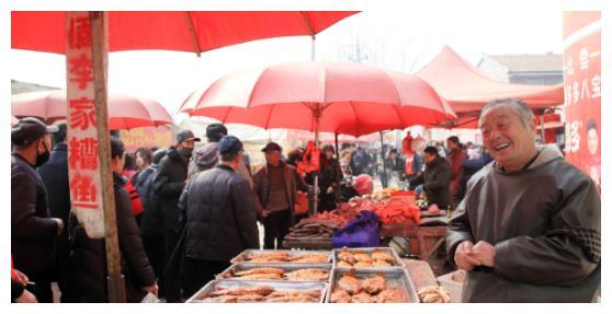 """大爷卖""""祖传""""小吃50年,一天卖出200多斤,来买的多是老顾客"""