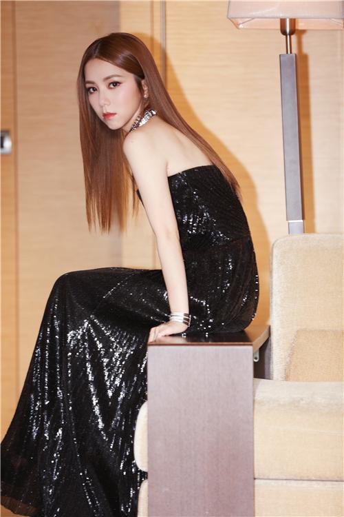 邓紫棋出席摩纳哥晚宴为海洋发声 抹胸珠片长裙优雅大气