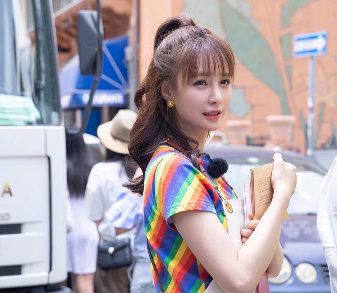 沈梦辰参加中餐厅,看到她穿的什么鞋,网友:这能好好工作吗?