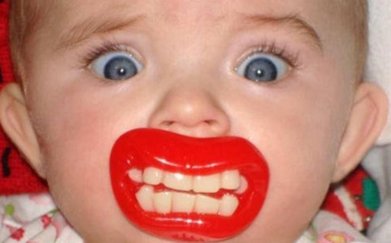 宝贝嘴里含着奇葩奶嘴,搞笑造型大盘点,两只大龅牙亮了!