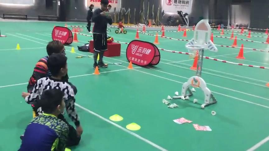 在广州青少年可以把羽毛球当做篮球打!这样的玩儿法你知道吗?