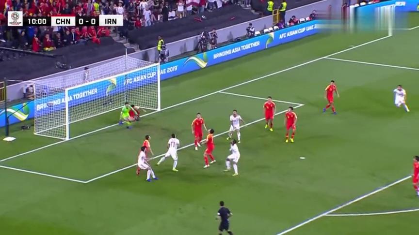 国足遭伊朗角球,门前多亏中国球员及时出现,要不然真悬了