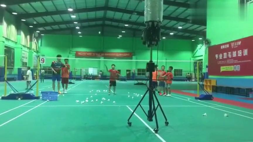 和羽毛球发球机的较量,准备好了吗?广州青少年羽毛球寒假班等你