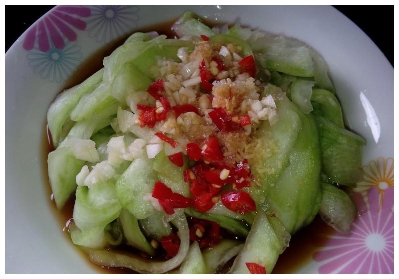 夏天吃完西瓜以后瓜皮别扔,用西瓜皮做成凉菜,好吃又开胃