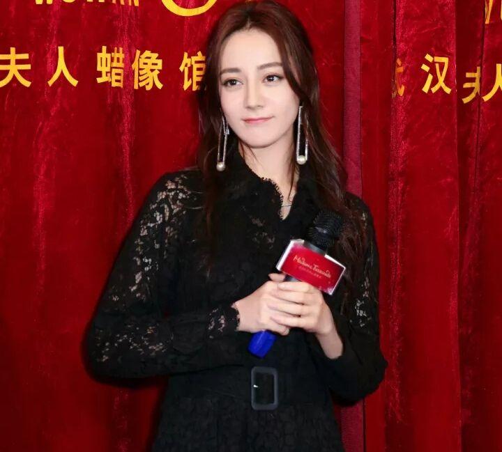 """武汉杜莎夫人蜡像馆:迪丽热巴与""""烈如歌""""甜蜜亲吻,高调撒糖"""