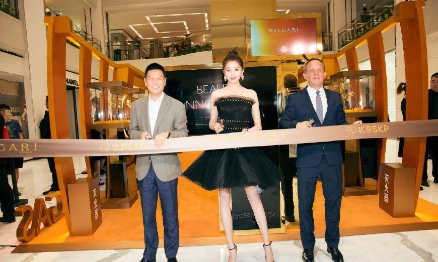 关晓彤身穿黑色晚礼服参加光环腕表巡展北京站,好似美丽的黑天鹅
