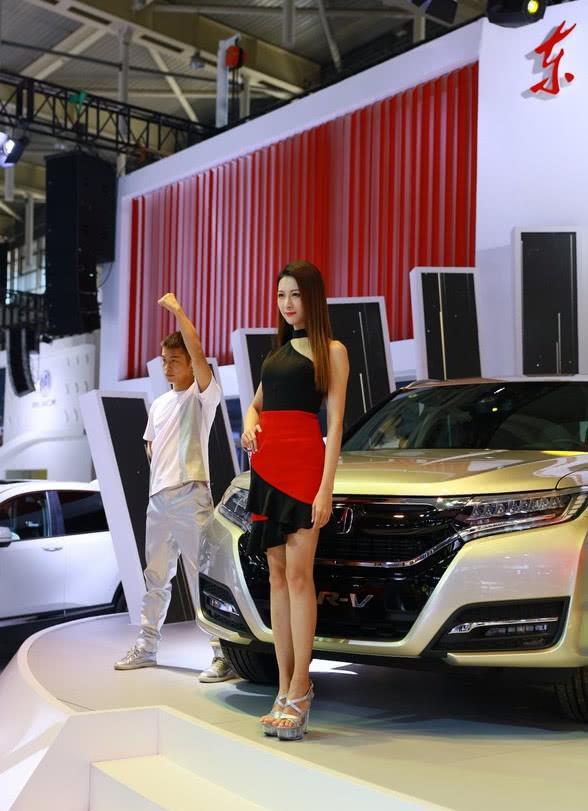 本田请90后美女车模造势,UR-V颜值爆表,成全场焦点