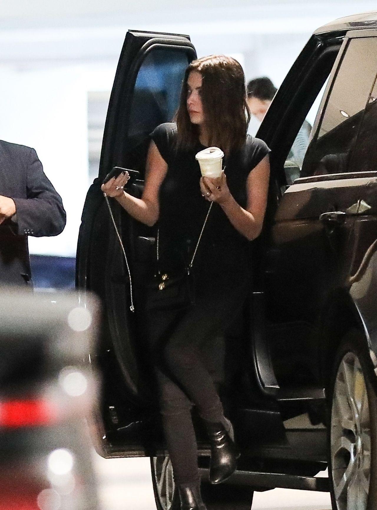女星艾什莉·本森洛杉矶时尚街拍,她身上有着迷人的韵味