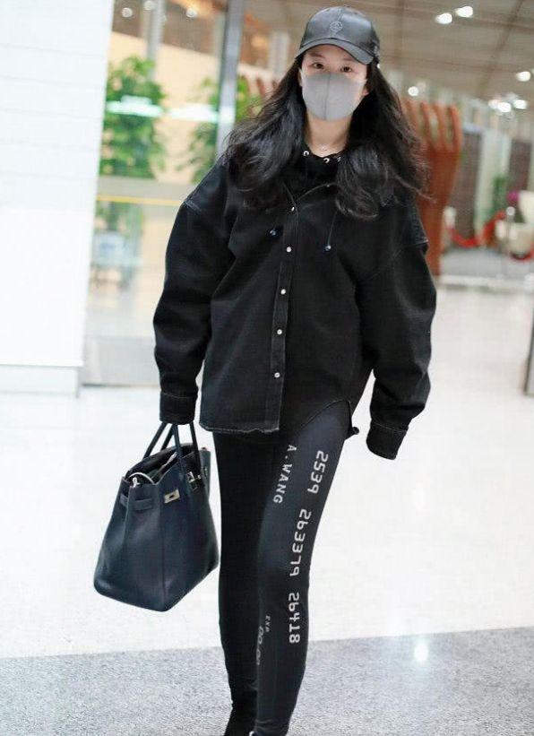 刘亦菲瘦了不少,穿紧身裤配平底鞋气场两米八,提大妈包意外时尚