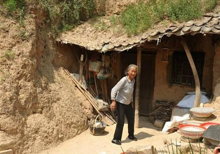 94岁老人独居在土窑里,拒绝离开这里,背后的原因让人心疼