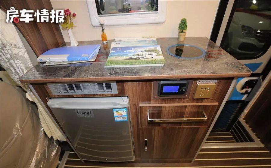 配备家用变频空调,适合5口旅行,这款房车油耗低,性能不错!