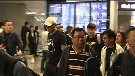 刘烨抵沪烟瘾难忍匆匆赴片场拍戏,白色棒球帽遮大头人群中醒目