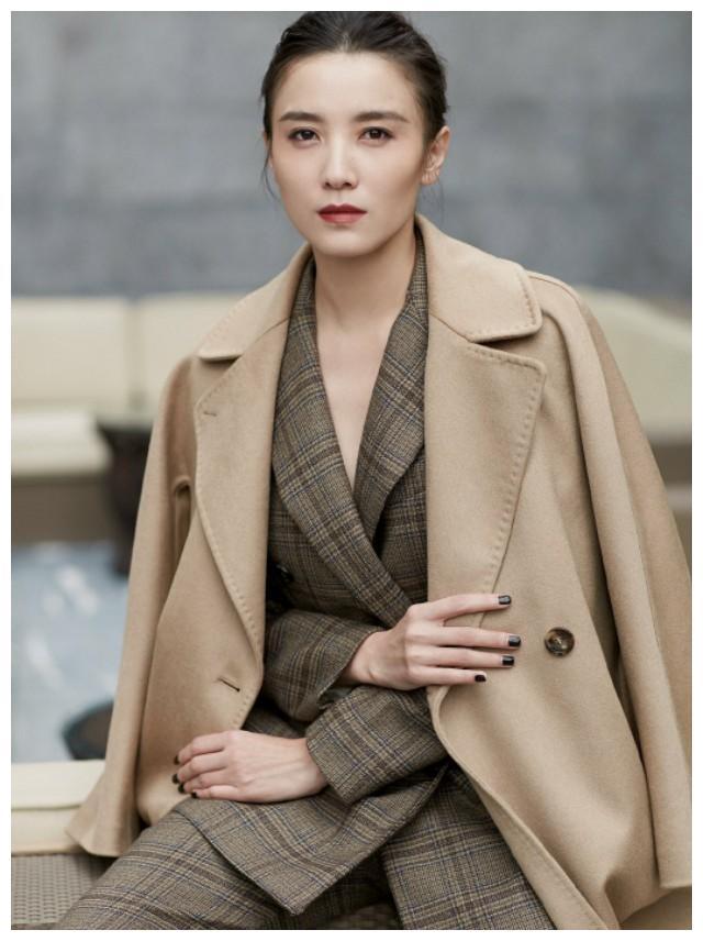 宋佳:驼色大衣搭配格纹西装