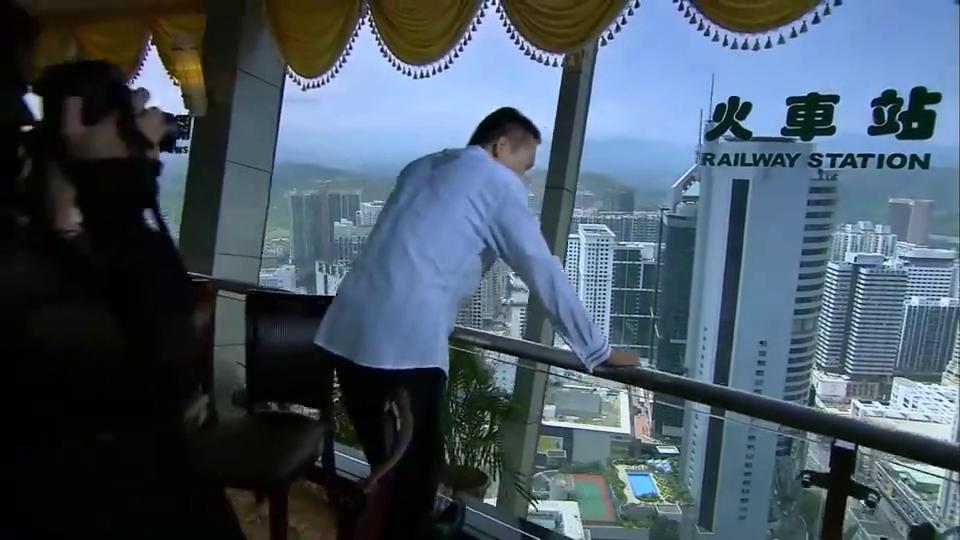 穷小伙变成有钱人,为了追求刺激,竟带着女友跑到大楼顶层作乐
