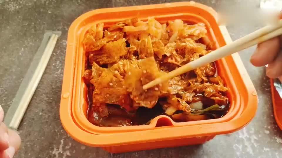 开箱试吃卫龙新出的自热辣条火锅,火锅煮辣条真的好吃吗?
