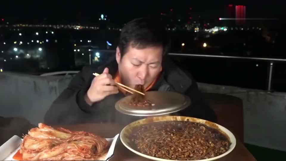 韩国大胃王一家:兴森在屋顶准备了一盘炸酱面一碟辣白菜,开吃吧