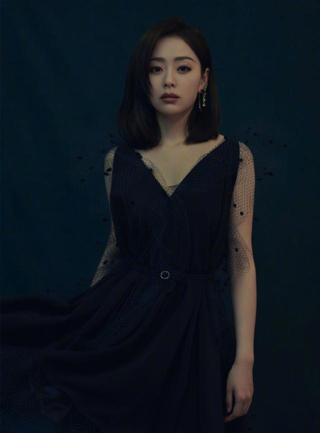 张靓颖身穿蓝色深v长裙,舞台唱歌投入,好迷人!