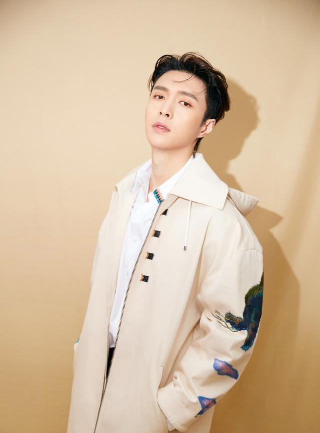 张艺兴,获得音乐巅峰歌手,年度最受欢迎男歌手,畅销数字专辑