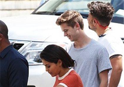 赛琳娜在比伯晒出订婚消息后淡定度假,与绯闻男友现身街头
