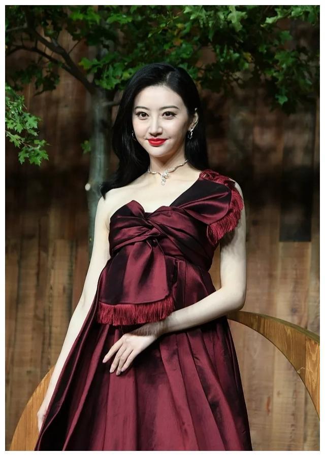红毯生图大曝光,王丽坤艳丽红裙太高调,任达华妻女身高成亮点