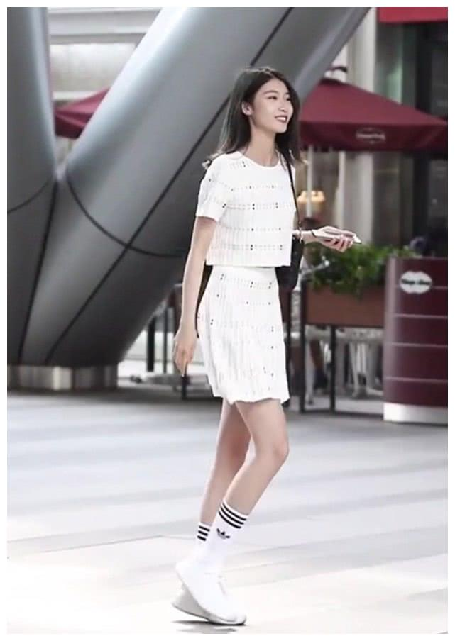她穿着一双隐形鞋,搭配阿迪达斯条纹长袜,瞬间增高5公分不止