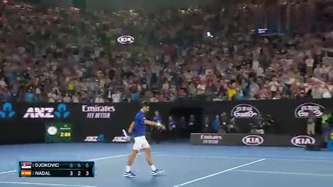 夺冠瞬间:纳达尔走过球网恭喜小德,德约科维奇跪地振臂怒吼庆祝
