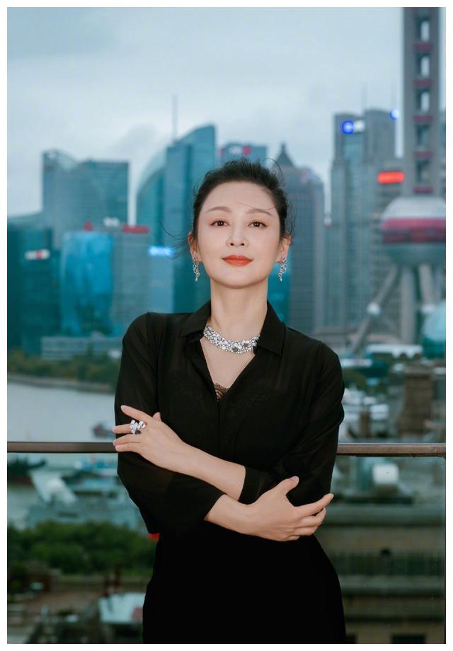 陈红也是包装出来的美,她的年纪,私服打扮就是一大妈