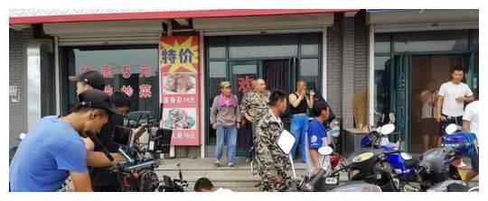 破不和传言!《刘老根3》片场赵本山范伟拥抱拍脸