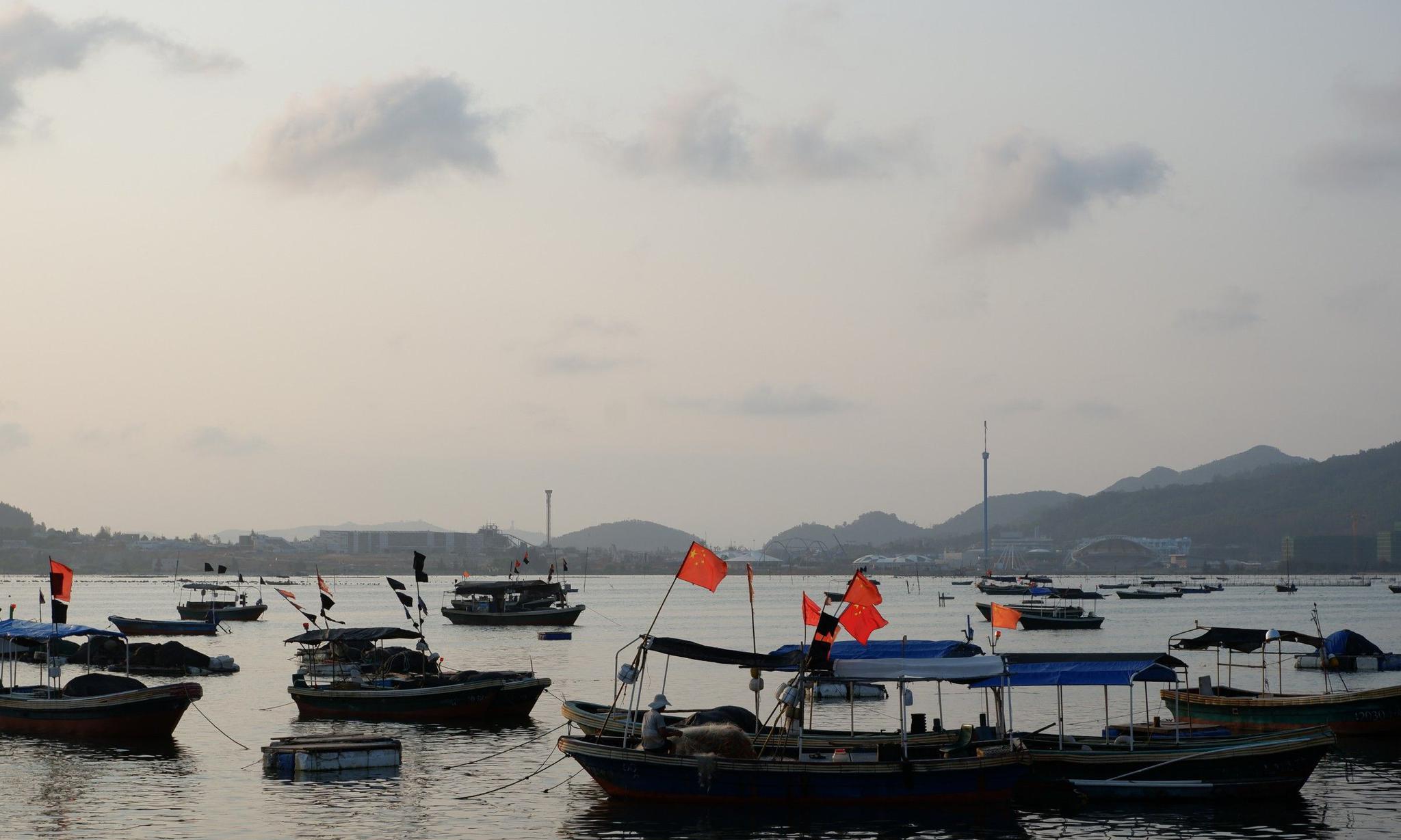 探访海南不知名小渔港,渔船悠然漂海上,比游艇更令人向往