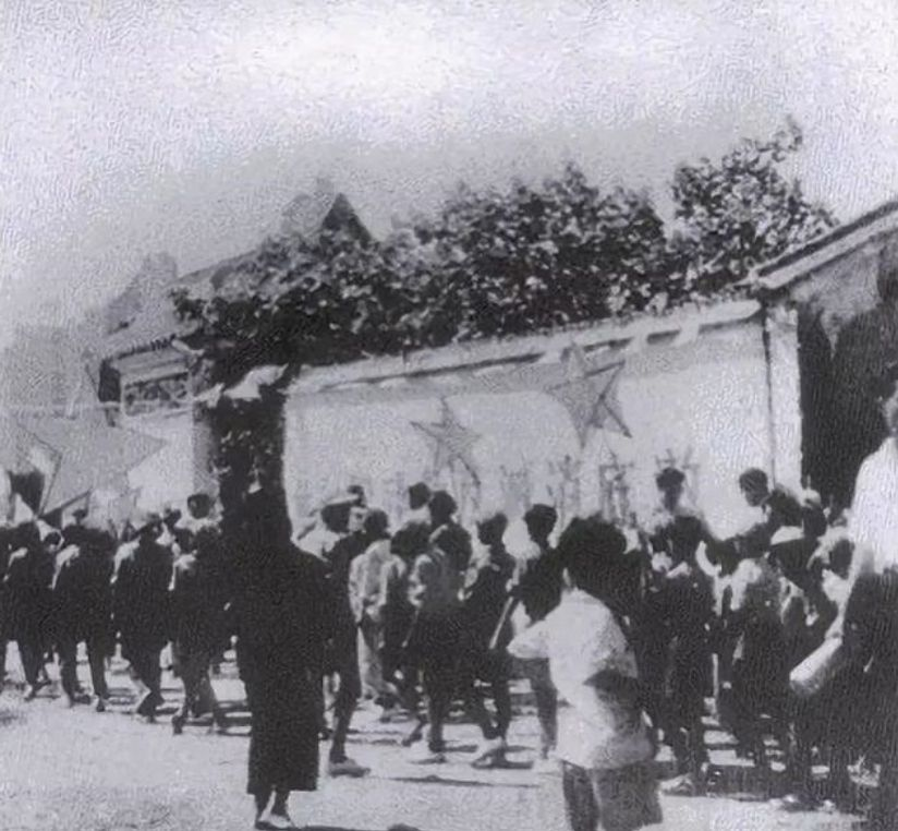 1949年深圳中英街照片:沙头角群众庆祝解放,我军战士与英方对峙
