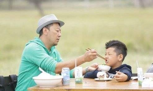 爸爸用三顿饭教育孩子,让孩子懂得这个重要的道理,真是太厉害了