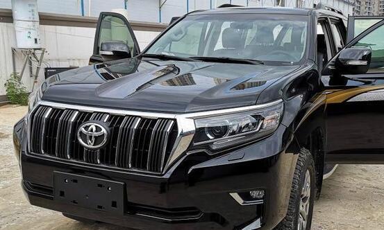 首台新款顶配丰田普拉多提车,颜值大增不输途锐,酷黑色真霸气!