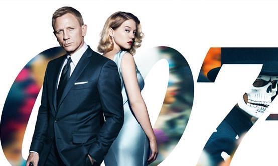 """51岁""""007""""路透图,穿休闲造型难掩帅气,却被红裙邦女郎抢镜!"""