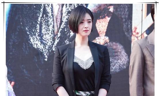 蒋欣遇上刘涛,一个西装长裙一个高腰裤,昔日好闺蜜同台谁尬了谁
