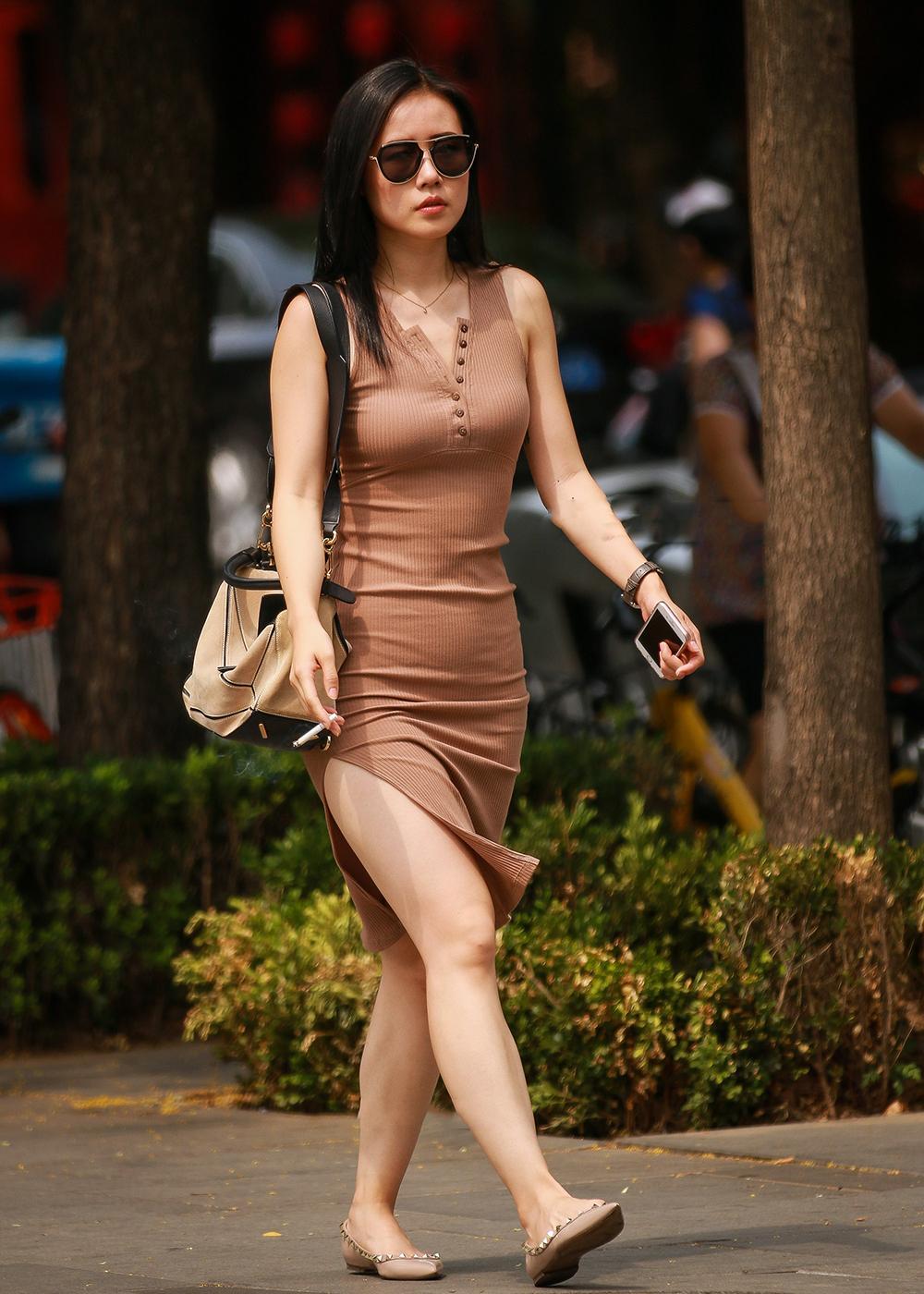 街拍背影:丰硕包臀开叉裙女神,这身姿这美女让人遐想!疼美女视频图片