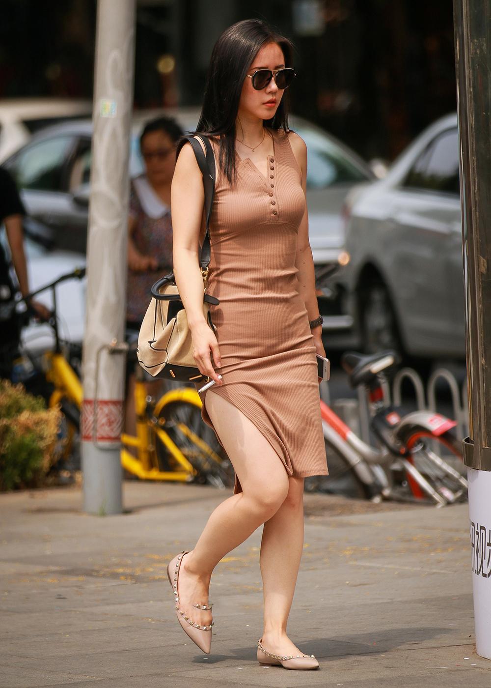 街拍背影:丰硕包臀开叉裙女神,这美女这身姿让人遐想!的美女里微服康熙图片