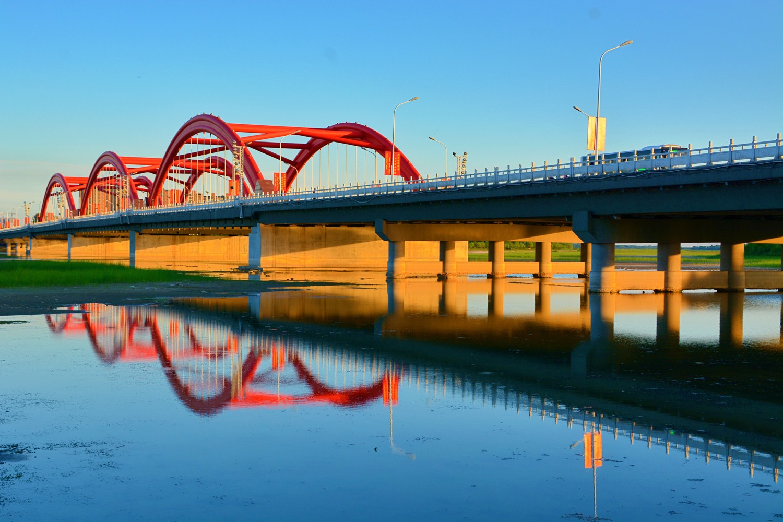 通辽市网_夕阳的金光穿过通辽市辽河公园彩虹桥,原创摄影