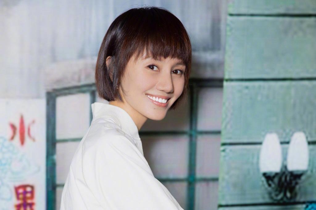 41岁袁泉不过是剪款短发,阿姨立马变身少女,看得我也想换发型了图片