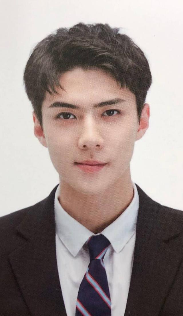 exo证件照曝光,灿烈呆萌,吴世勋帅爆,而他让人眼前一亮