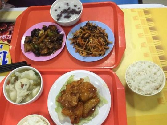 男生发和兄弟吃饭的照片,评论区炸开了锅,网友:这就尴尬了!