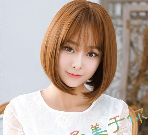 头发修剪到下巴位置加上中分无刘海的设计露出精致的脸型和下巴出来修图片