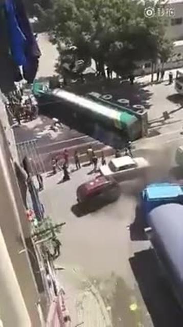 油罐车的爆炸瞬间,看到载有危险易燃易爆的货车请一定要注意安全