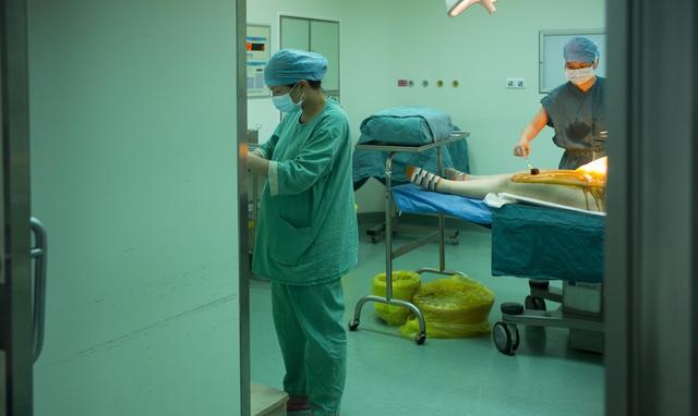女护士检�Z�_男医生刚内检完,女护士又过来刮毛,90后产妇羞的脸通红