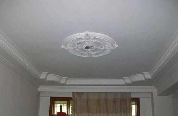 客厅装修不装吊顶,简单用石膏线走一圈,简约美观家居此刻开始!