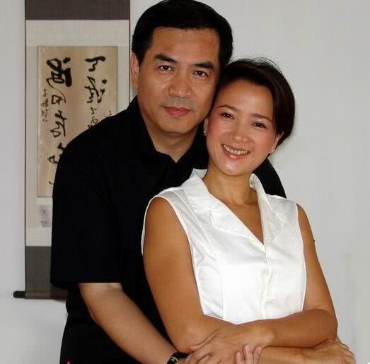 现任丈夫比何晴大9岁,也是一位知名的影视演员,名叫廖京生 其实单论古